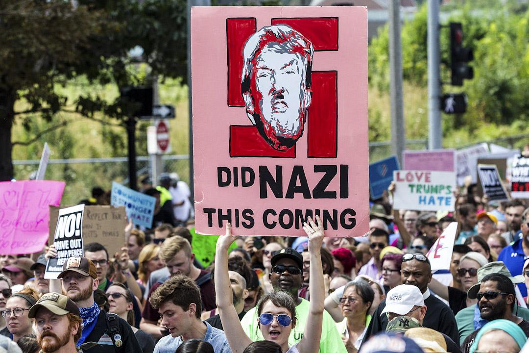 2017年8月19日,波士頓公園舉辦反右翼集會,相當一部分標語直接針對白人至上主義和新納粹,抨擊現任總統特朗普的自然也不鮮見。