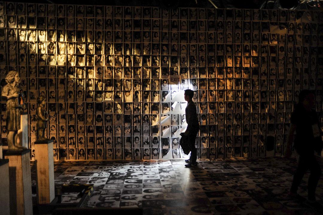 2016年2月25日,菲律賓馬尼拉,為紀念1986年「人民力量」推翻馬可斯政權三十週年而舉行一系列紀念活動,而其中一個展覽展出由戒嚴時期的受害人照片的拼貼作品,以提醒市民過去的黑暗歷史。 攝:Dondi Tawatao/Getty Images