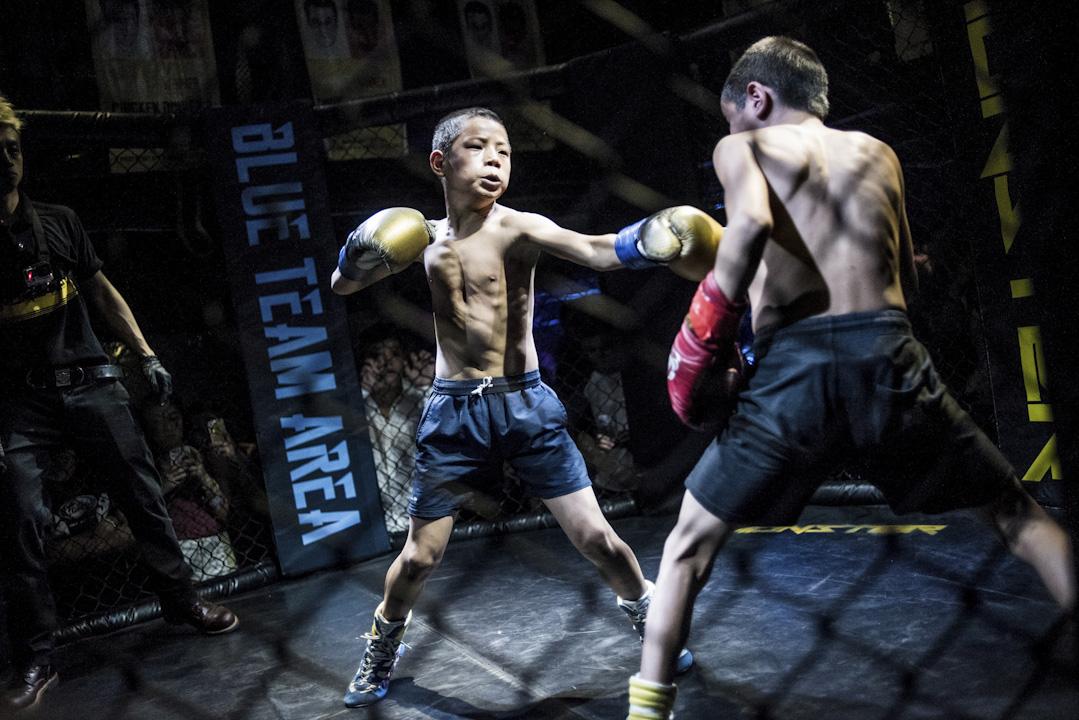 「格鬥孤兒」的短視頻展現了成都一家格鬥俱樂部收養四川涼山的一些孤兒,並將之訓練成為少年拳擊手,每日需練習綜合格鬥術,偶爾參加商業演出。 攝:Fred Dufour /AFP/Getty Images