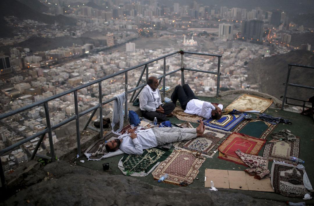 2017年8月28日,在沙特阿拉伯的聖城麥加,伊斯蘭教徒到阿諾山朝拜。伊斯蘭教徒相信先知穆罕默德是在阿諾山的希拉山洞裡得到可蘭經的第一段文字。