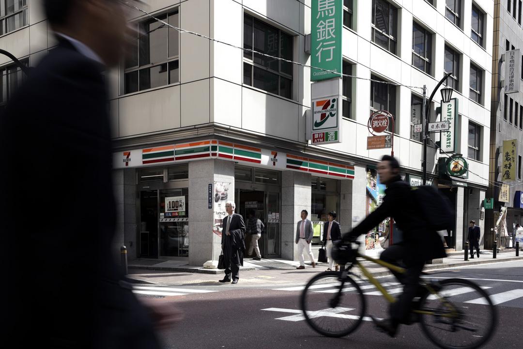 在「便利店大國」的日本,便利店受眾並不僅限於年輕人。除傳統服務外,日本便利店還提供主要便利老年人的服務,比如上門送餐和生活用品,甚至提供房間清潔、維修和週六日應急援助的服務。 攝:Kiyoshi Ota/Bloomberg via Getty Images