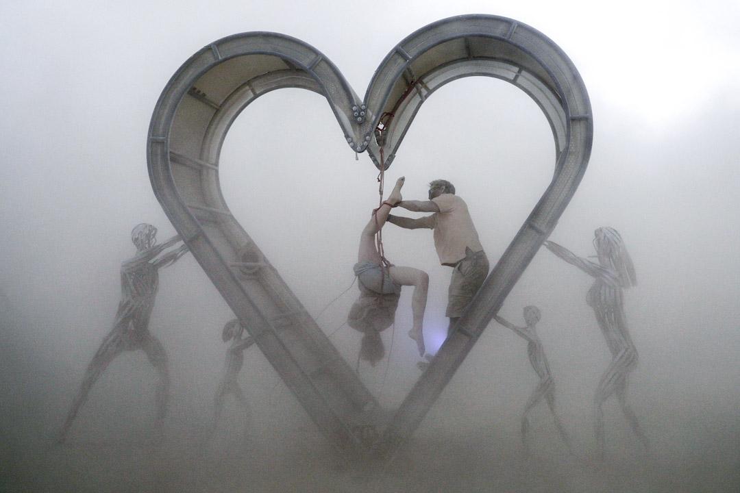 2017年8月29日,美國內華達州的黑岩沙漠舉行「火人節」音樂會 (Burning Man),表演者在沙塵暴期間繼續演出。