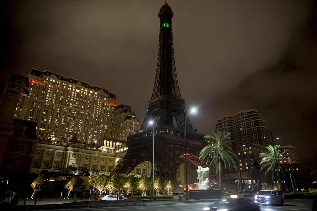 颱風登陸之後的晚上,網上流傳不少相關圖片,圖片是路氹城的多家賭場酒店,依舊燈火通明,有網友指賭場有備用電,因此可以在全城斷電下繼續閃閃發亮。圖為風災翌日晚上,澳門巴黎人酒店門外的巴黎鐵塔巨型裝置已關了燈。