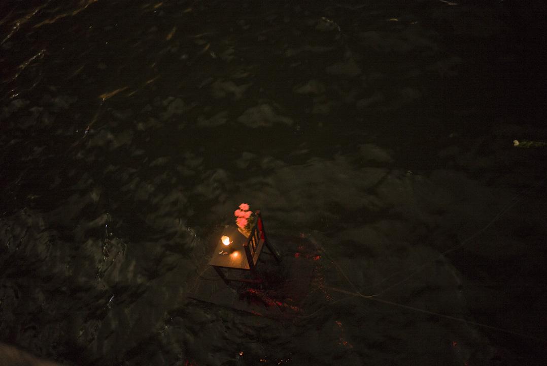 2017年7月19日,支聯會發起的紀念劉曉波公祭上,由「長毛」梁國雄所放的櫈子在海面飄浮,以作悼念。 攝:林振東/端傳媒
