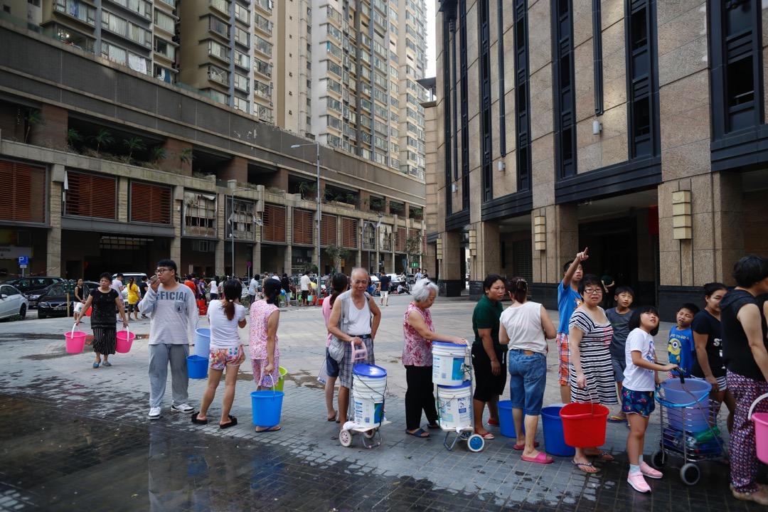 8月24日,澳門寰宇天下的居民在排隊取水。 攝:林振東/端傳媒