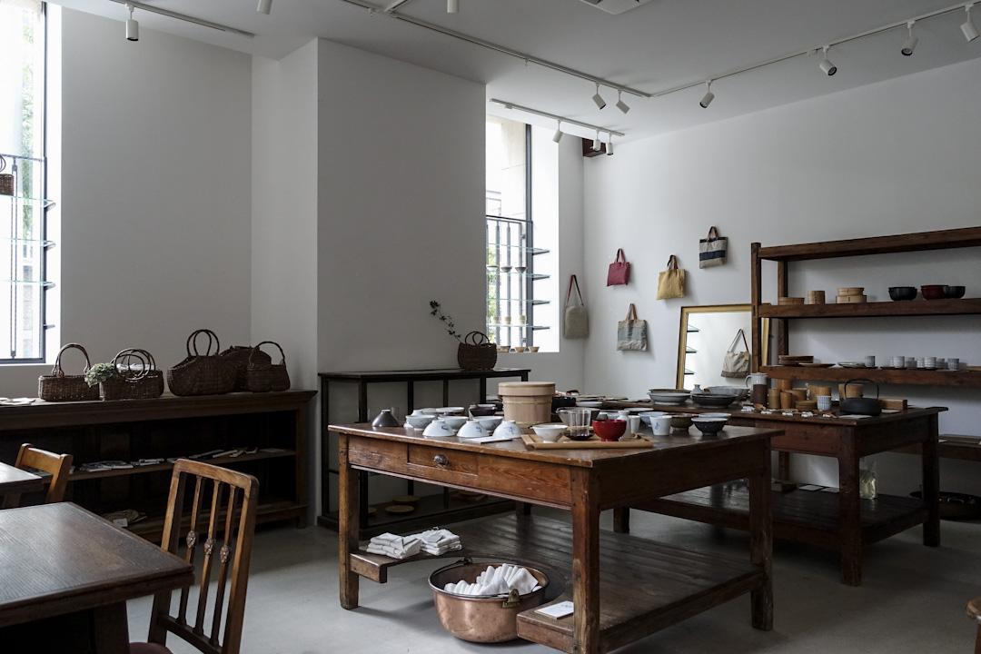 現時日本的工藝藝廊隨處可見,像大阪的Kohoro,不時替工藝家辦個人展覽。