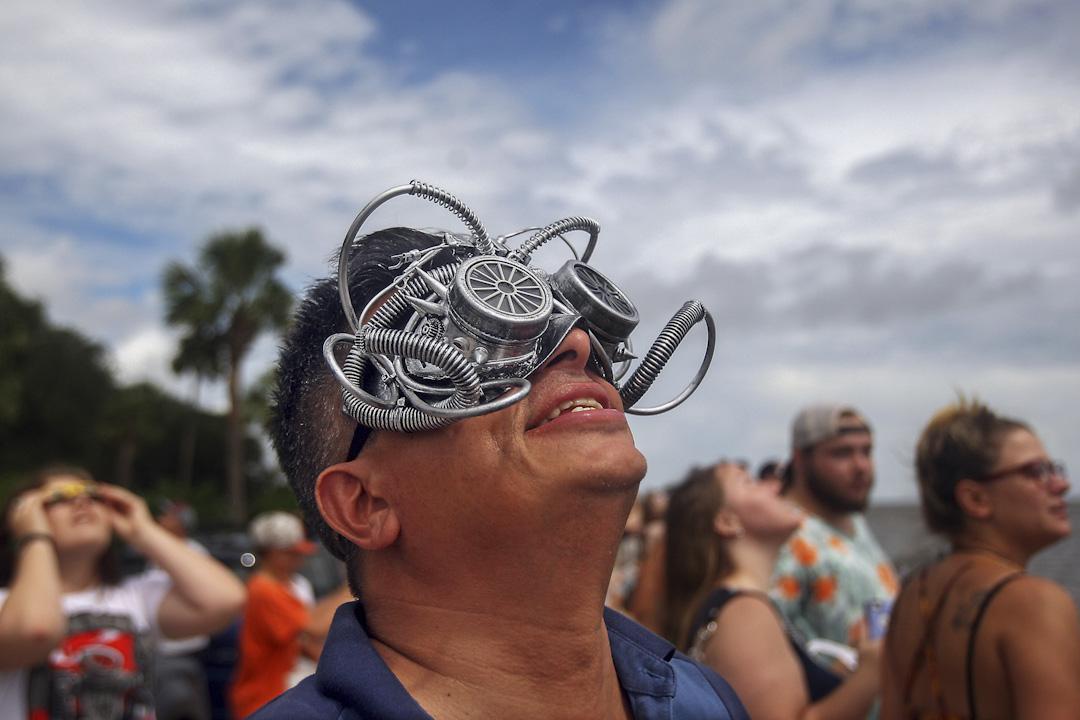 2017年8月21日,美國南卡羅萊納州城市查爾斯頓,一名男子戴著外型奇特的日蝕眼鏡準備看日蝕。