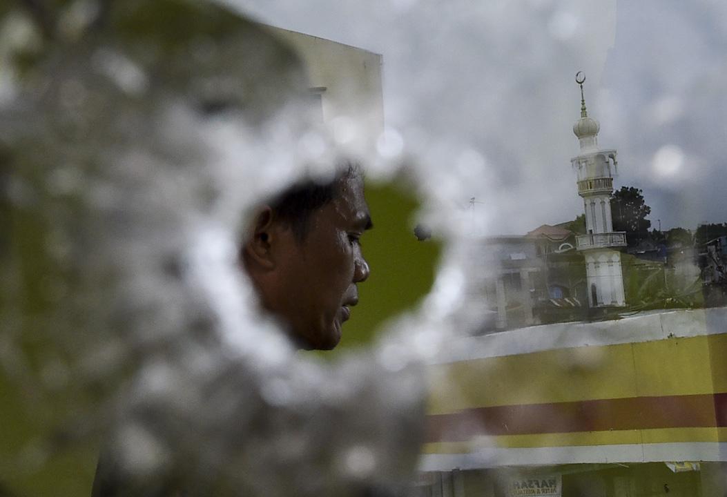 2017年5月,菲律賓政府軍在南部棉蘭老島與武裝分子爆發槍戰後,其後總統杜特爾特宣布,棉蘭老島等地區實施為期六十天的戒嚴,以應對當地伊斯蘭激進分子與極端組織「伊斯蘭國」(IS)聯手作亂。這是菲國繼一九七二年以來,再次有總統宣布戒嚴。