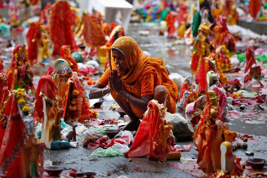 2017年8月2日,在印度艾哈邁達巴德,印度教節日Dashama節過後,一名信眾在向地上神像禱告。