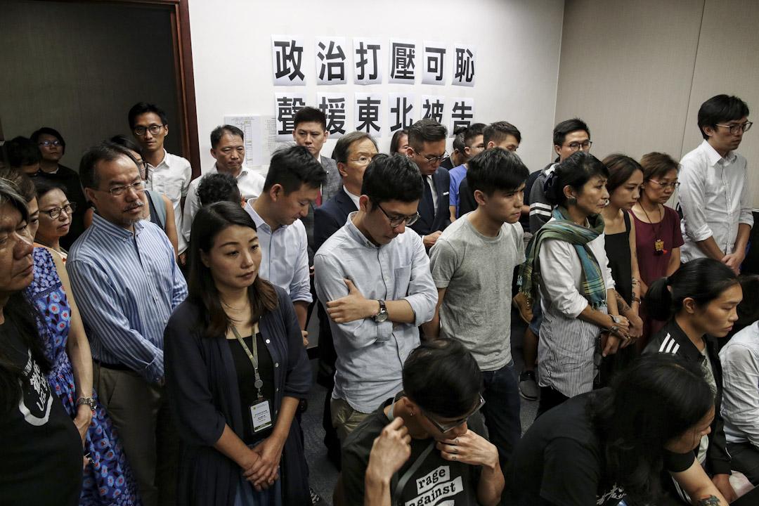 2017年8月15日,衝擊立法會財委會東北撥款會議的13名示威者,被上訴庭被改判入獄8至13個月,逾30名泛民及東北三村居民隨即召開記者會,對於法庭判處重刑,他們均表示心情沉重,表現哀傷。