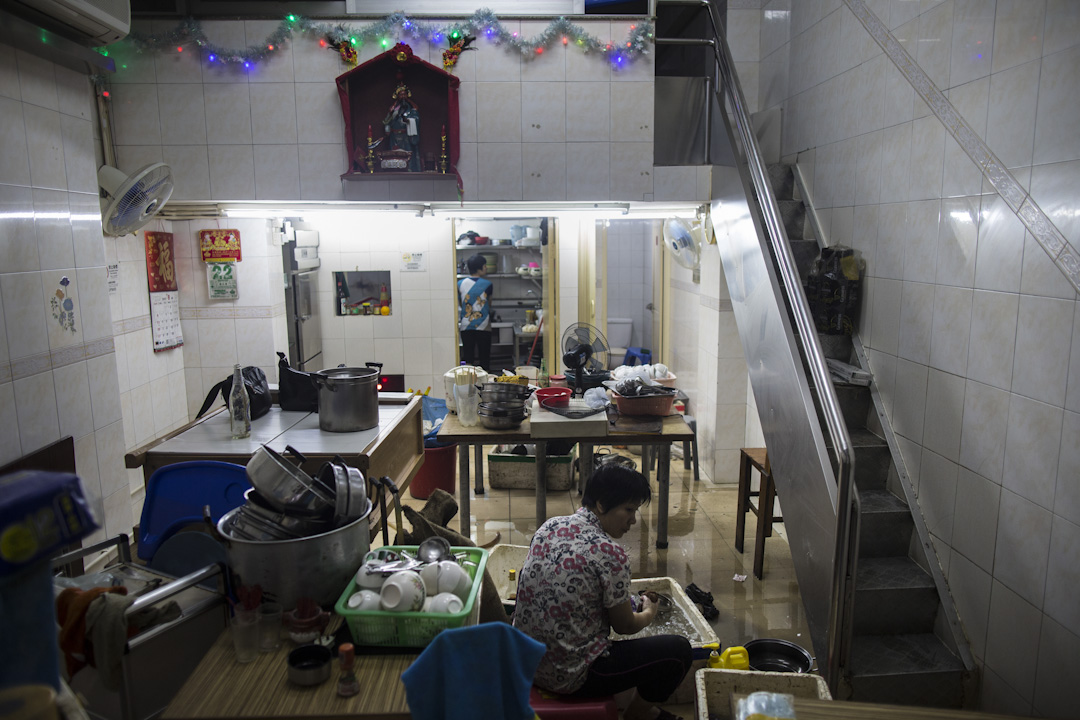 澳門遭颱風「天鴿」吹襲,多區出現嚴重水浸,一間店舖的居民正在清理積水及執拾。