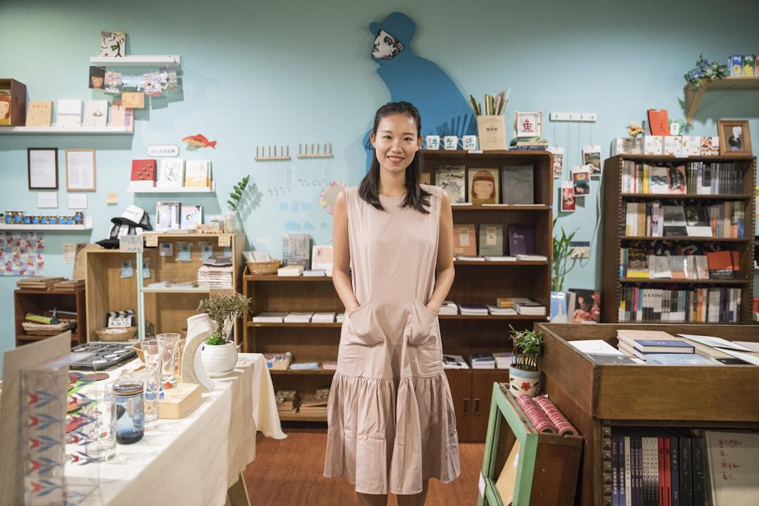 陸穎魚三十出頭,小時候住過紅磡、將軍澳,2008年開始學寫詩,同年大學畢業開始做中文日報記者,兩年後2010年出版第一本詩集《淡水月亮》。2011年開始與一位台灣男士異地戀愛三年,2014年,陸穎魚終於嫁到台灣。今2017年5月,她在台灣開了書店「詩生活」,主打香港詩歌和文學。 攝:張國耀/端傳媒
