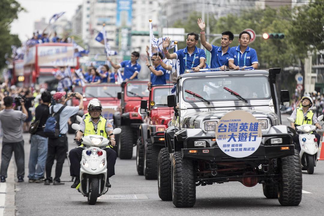 「台灣英雄大遊行」,奪得一百米賽事金牌的楊俊瀚也在隊伍中,選手們搭乘吉普車、大巴士,從總統府前凱達格蘭大道出發在街上巡遊。