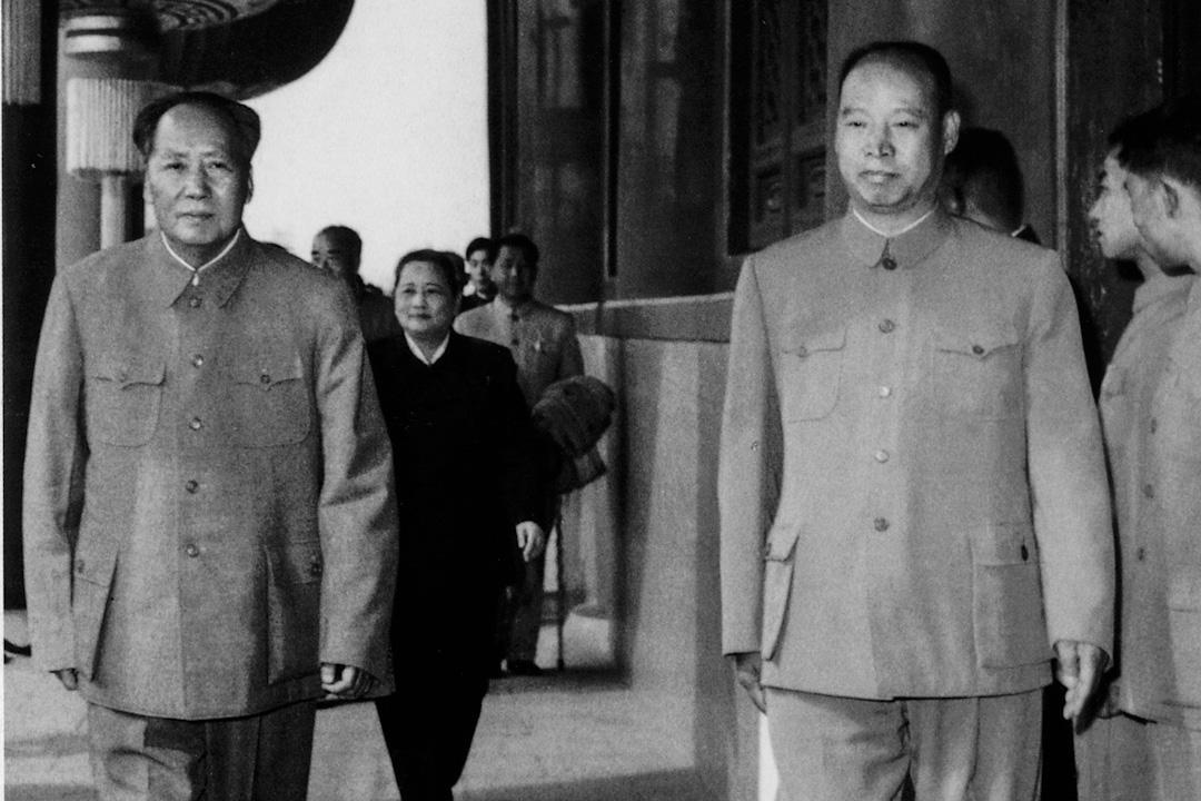 彭真的任職軌跡,基本確定了早期政法委的地位和工作重心。圖為1960年,彭真與毛澤東。