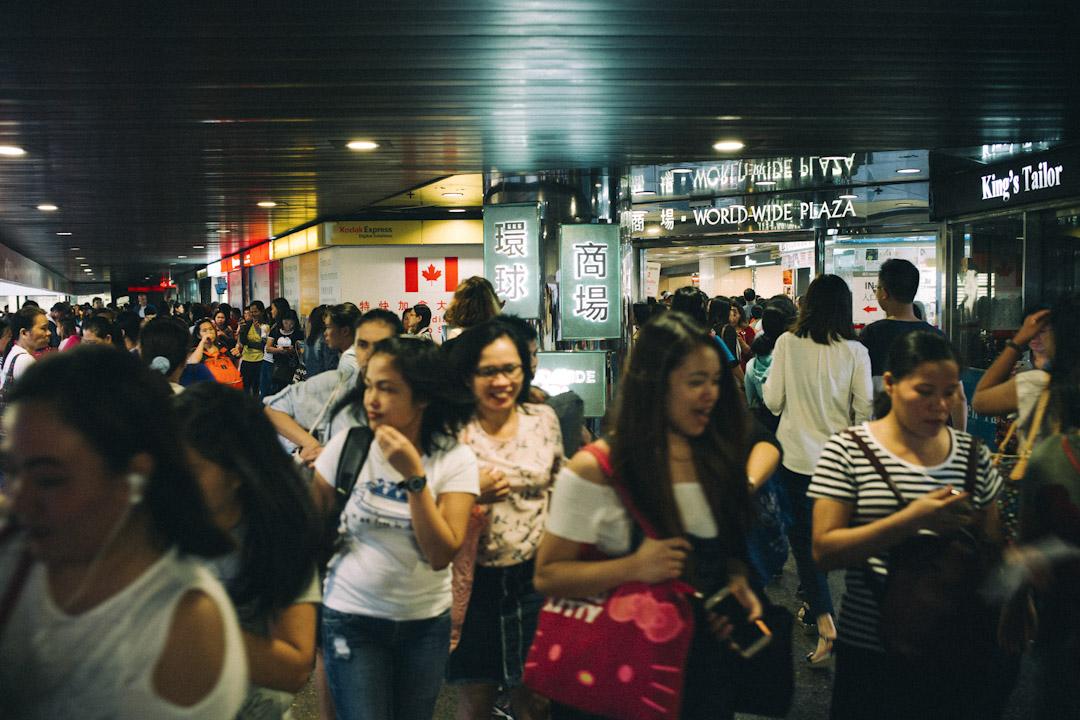 一塊藏在甲級商廈和地王縫隙之中的另類商場——環球商場(World-Wide House),生存35年,卻始終隔絕於華人社群,只屬於菲傭。