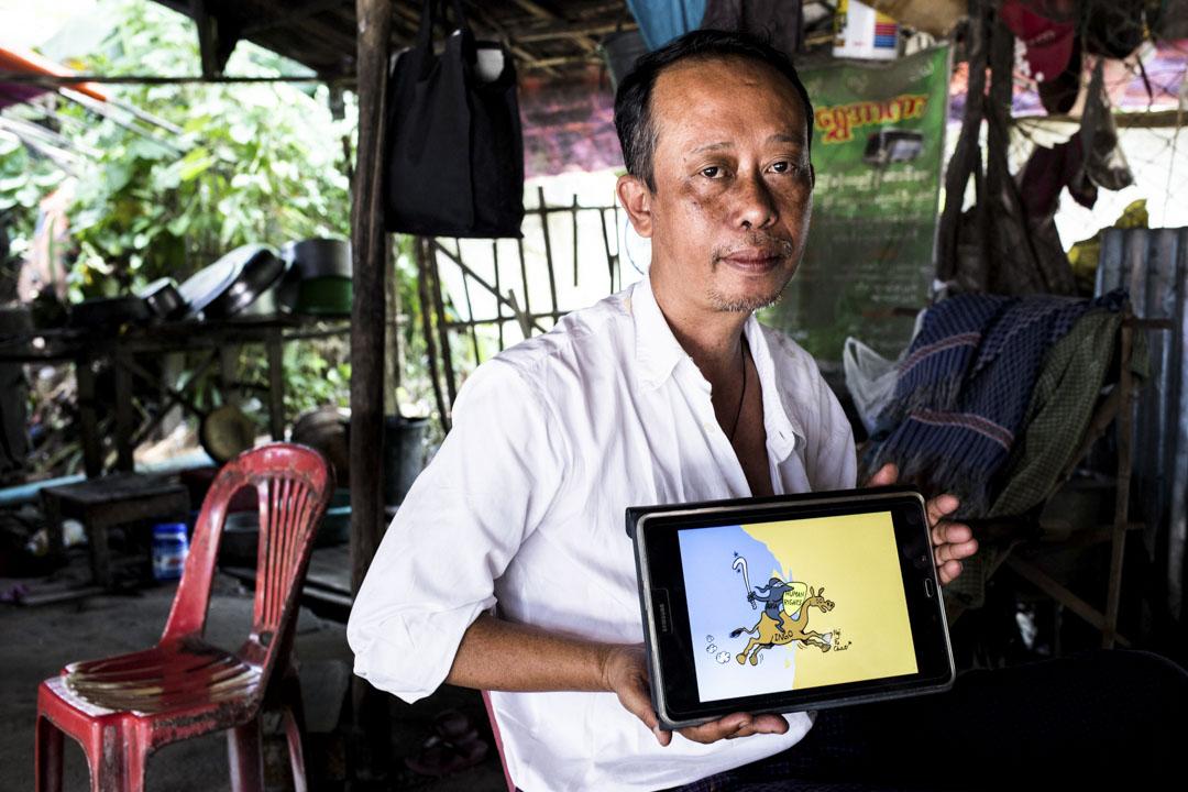 來自若開邦的緬族漫畫家U Tin Myint Oo 展示他的漫畫作品。
