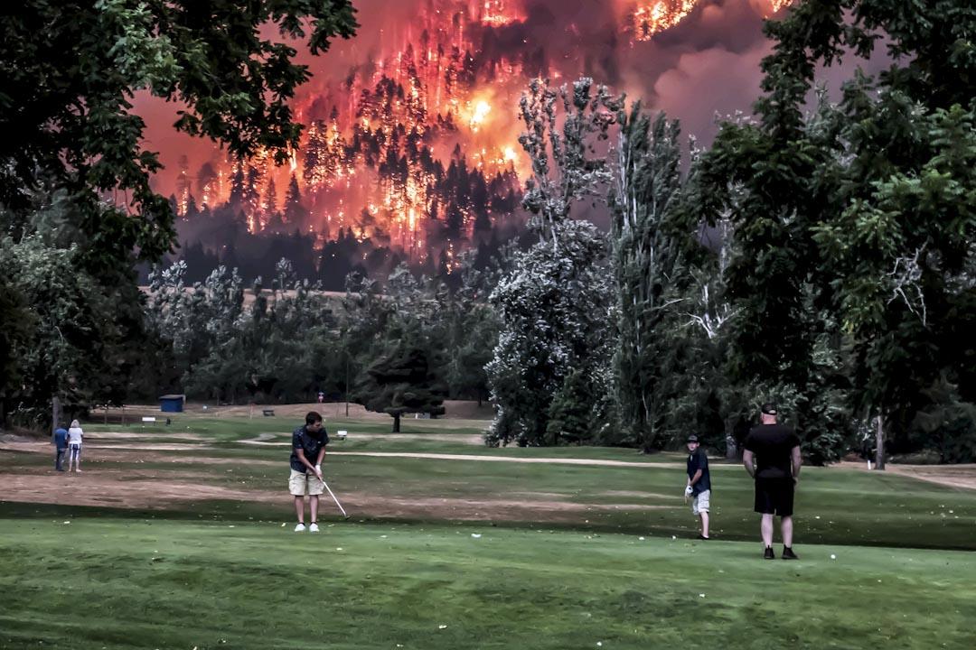 2017年9月4日,美國華盛頓州鷹溪(Eagle Creek)山丘上發生山火。附近的Beacon Rock高爾夫球場正進行一場高爾夫球賽,還有少數人想要完成比賽,繼續打球。 攝:Kristi McCluer / Reuters