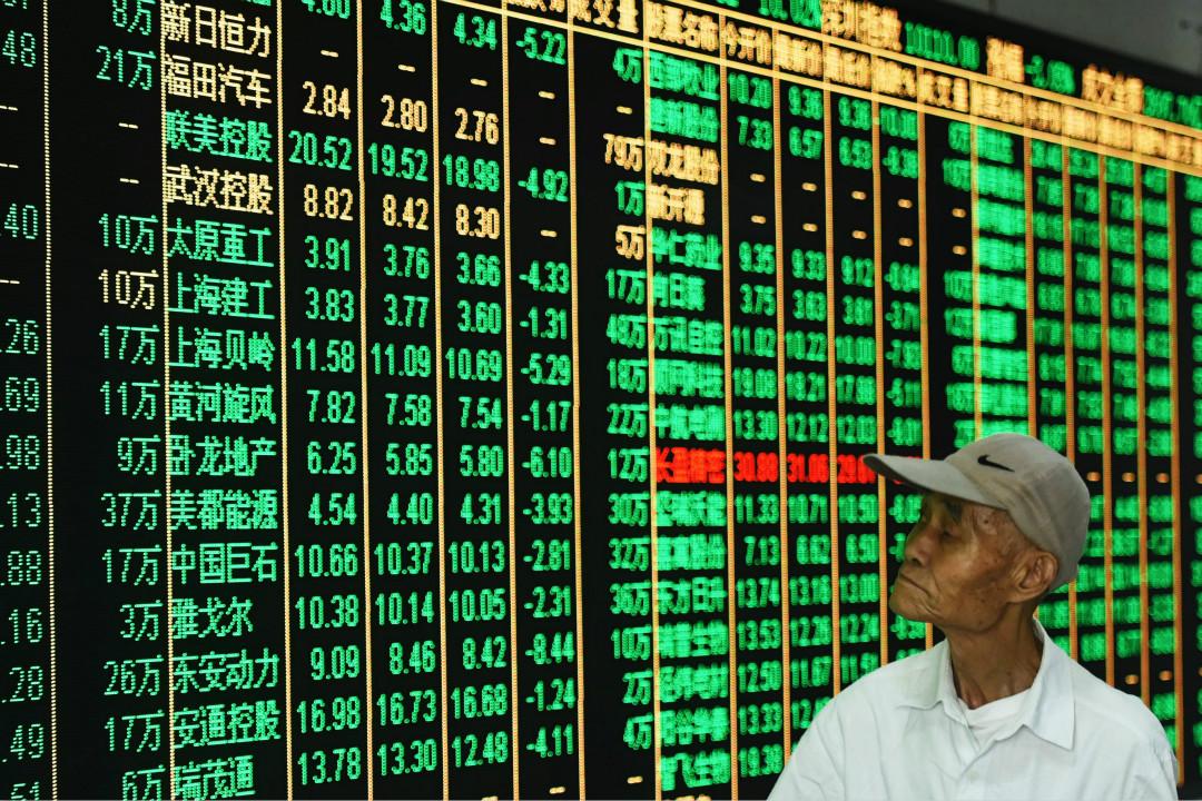 2017年7月17日,股民在杭州一證券交易場所關注股市行情。    攝:龍巍/Imagine China