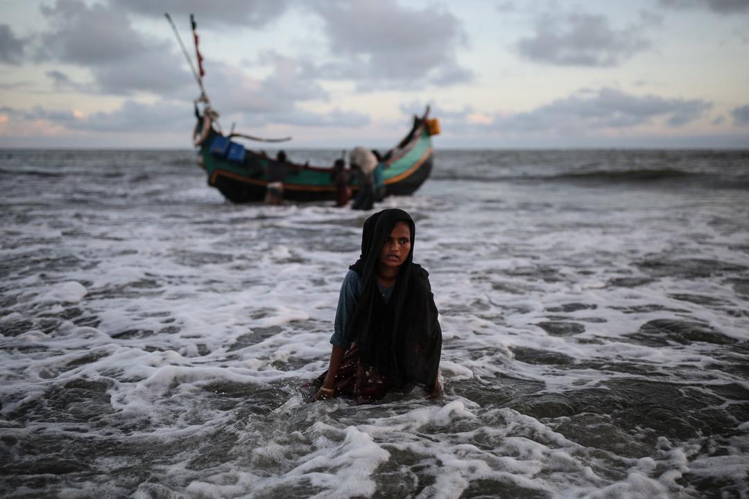 2017年9月13日,一名羅興亞婦女由水路從緬甸若開邦逃難到孟加拉克斯巴扎爾縣的小島 Shahpori Dwip。