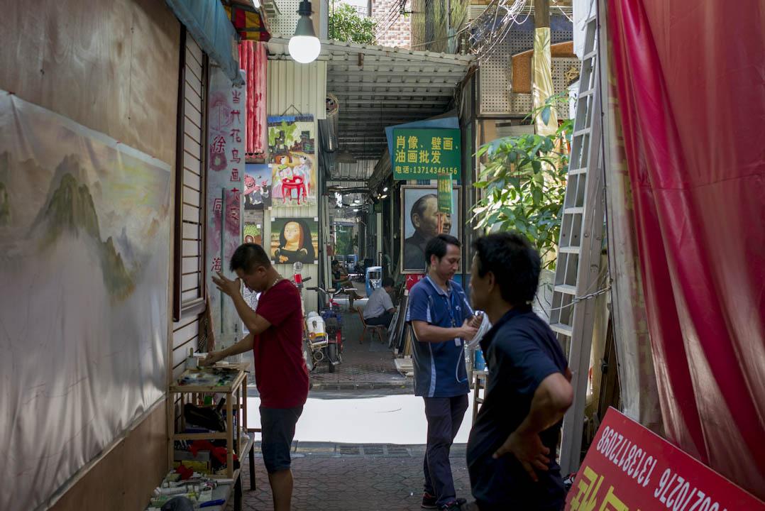 「改革開放的總設計師」鄧小平的肖像都很受客人歡迎,但最多人訂購的,仍是毛澤東與習近平的肖像。