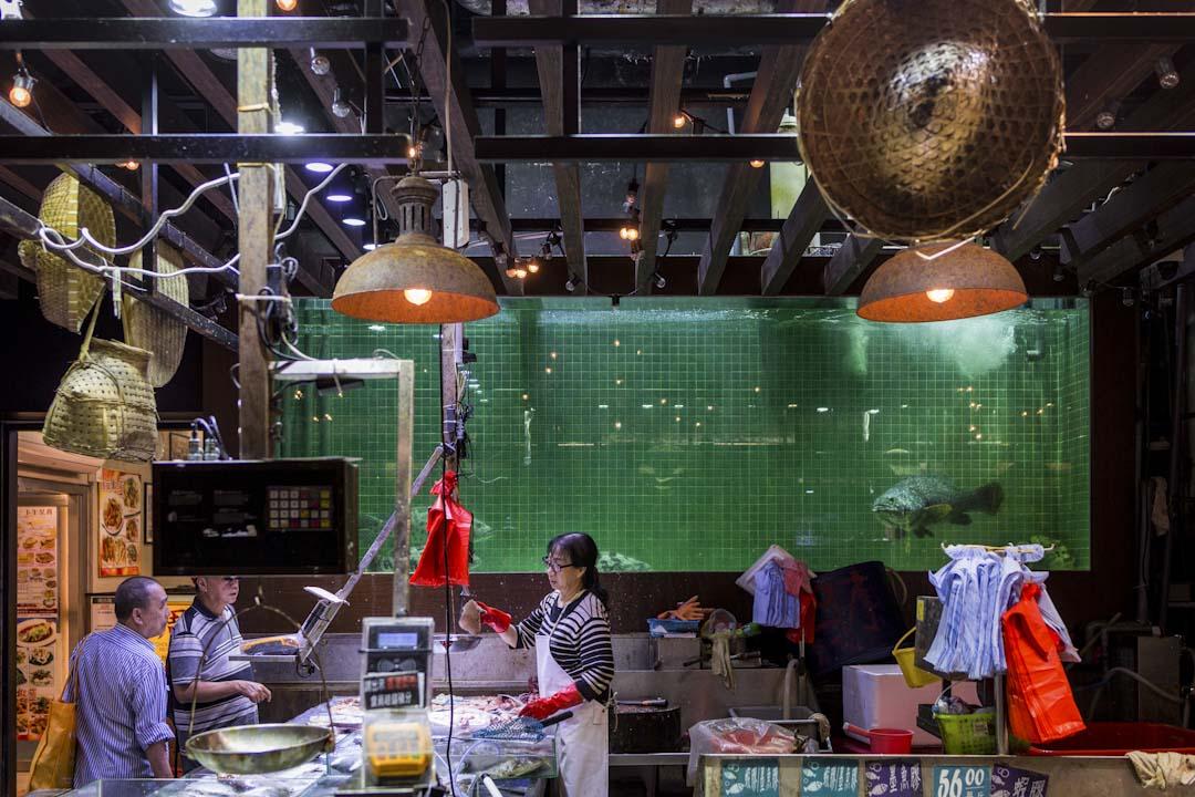 同樣由承包商建華集團管理的本灣街市魚檔區,近似的設計風格,被豪裝成舊式漁巿場。