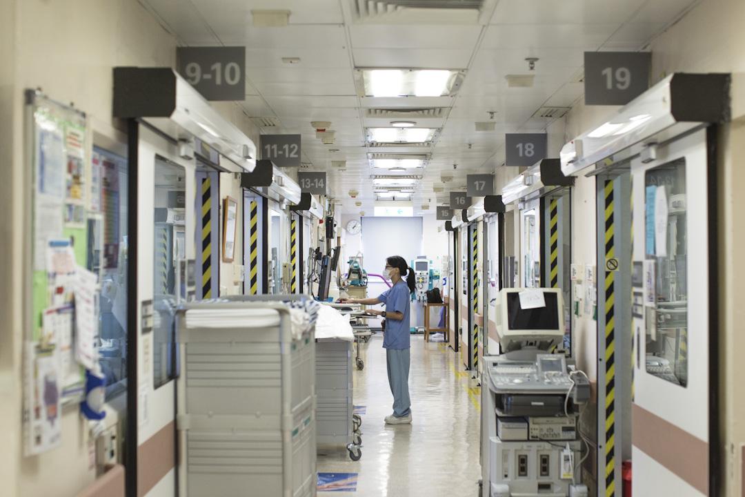 香港一間醫院的ICU的走廊,一名護士在電腦前工作。 攝:林振東/端傳媒