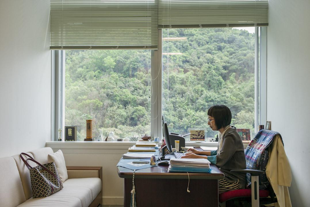 潘毅與其他學者的「富士康用工環境和勞工問題」的調研團隊。整個調研歷時近2年,參與成員近百人,其中近20人潛伏進廠,覆蓋富士康在中國大陸的19個廠區,共收集有效問卷2409份,採訪工人500多例,整理第一手採訪資料十萬餘字。