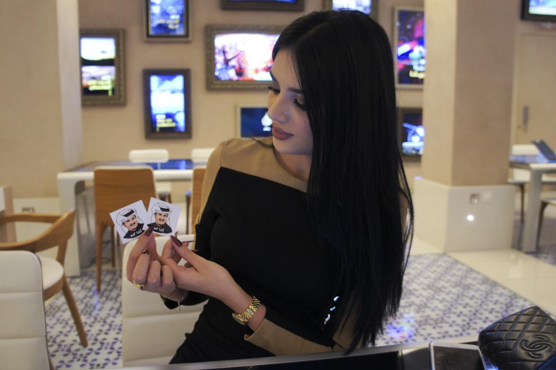 半島電視台主持人麗娜(Lina Qishawi)從她的香奈兒皮包裡掏出兩張印著卡塔爾埃米爾頭像的貼紙,告訴我們全民支持卡塔爾皇室。