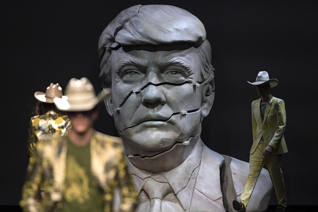 2017年9月16日,馬德里時裝週,模特兒在一條擺放了一個裂開了的美國總統特朗普雕像的天橋上展示設計師 Ana Locking 的2018春夏季系列。