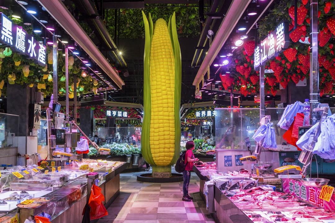 大圍隆亨街市的中央,一條巨型粟米如神像般聳立,街市名為「M.C.Box」,「M.C.」代表Mr Corn。 攝:陳焯煇/端傳媒