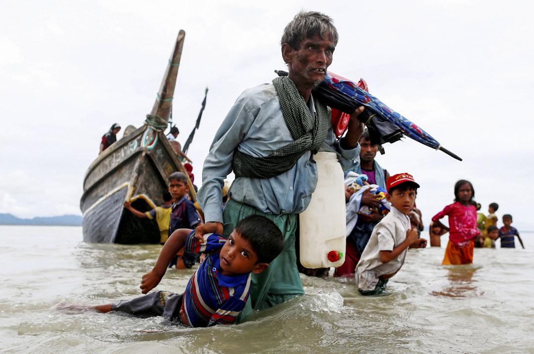 2017年9月10日,一名羅興亞難民拖著小孩從孟加拉灣越過緬孟邊境。