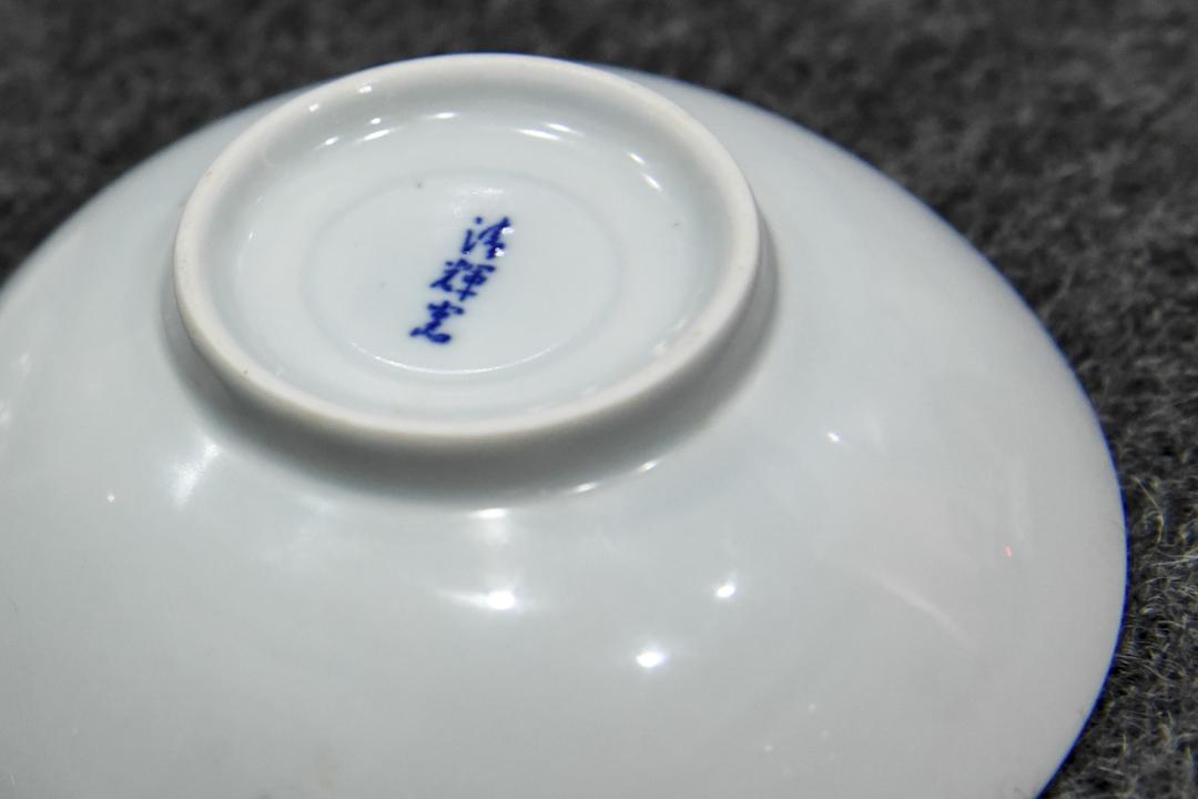 清輝窯長期身分朦朧,直到80年代才在製碗過程中多幾道工序,在小吃碗底印上「清輝窯」這個品牌印花,民眾才算正式認識了他們。