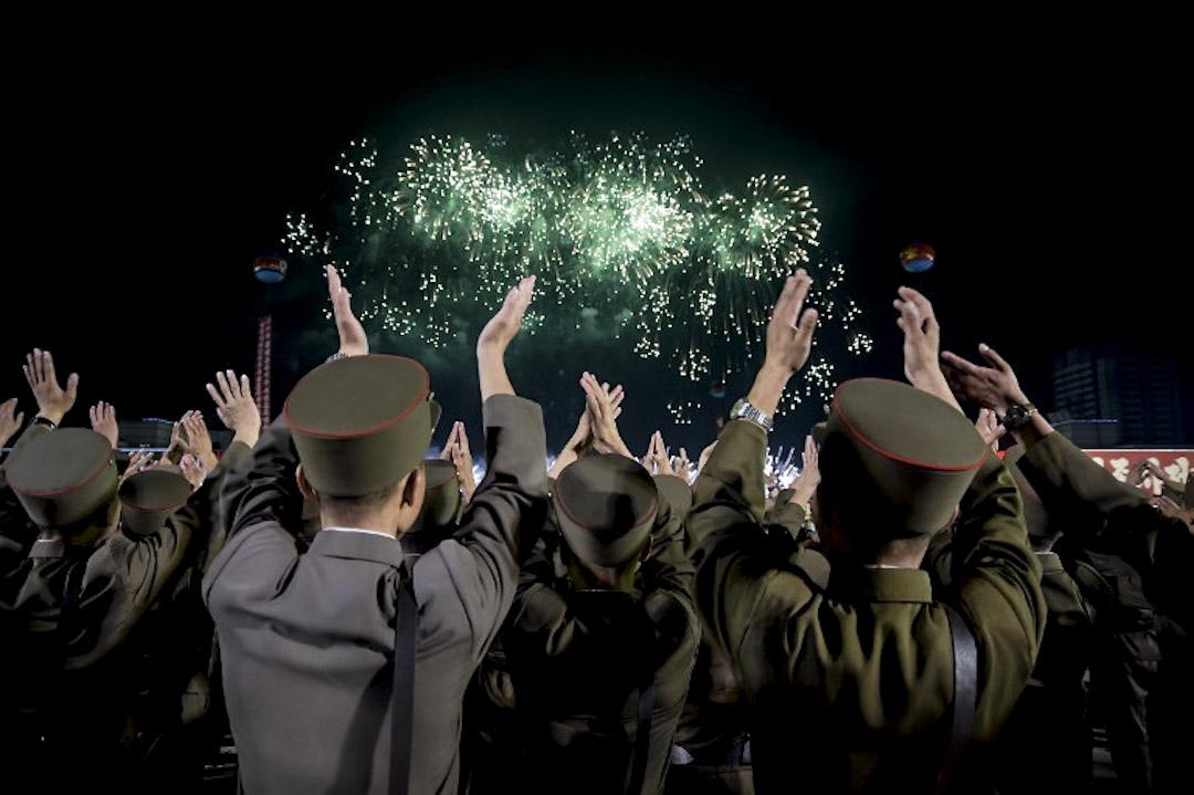 2017年9月6日,北韓士兵在平壤舉行大型慶祝活動為參與近期北韓核試的科學家歡呼,金日成廣場的上空更有煙花匯演。