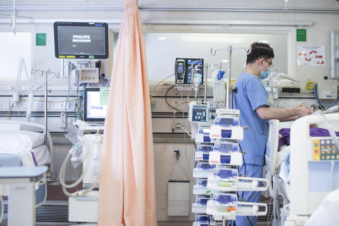 生命真是奇妙,一塊石頭放在原地不會有任何變化,血樽放在原地一段時間後樽中的鮮血卻會自動分出層次⋯⋯當然,令眼珠變得混沌、鮮血分出層次的,不是生命,而是生命的失去。圖為香港一間醫院的病房內,護士正替病人進行護理工作。 攝:林振東/端傳媒