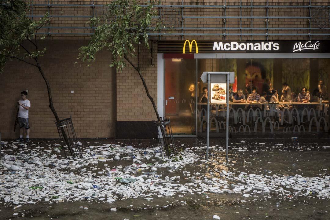 2017年8月23日,颱風天鴿吹襲香港,杏花邨商場的麥當勞外被海水淹沒,垃圾散落水中。