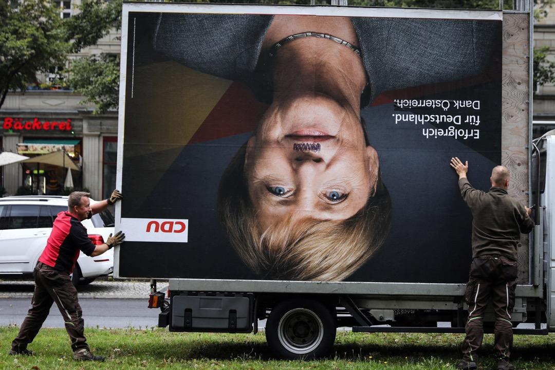 2017年9月25日,德國大選過後,工人在首都柏林忙於拆下競選廣告版。