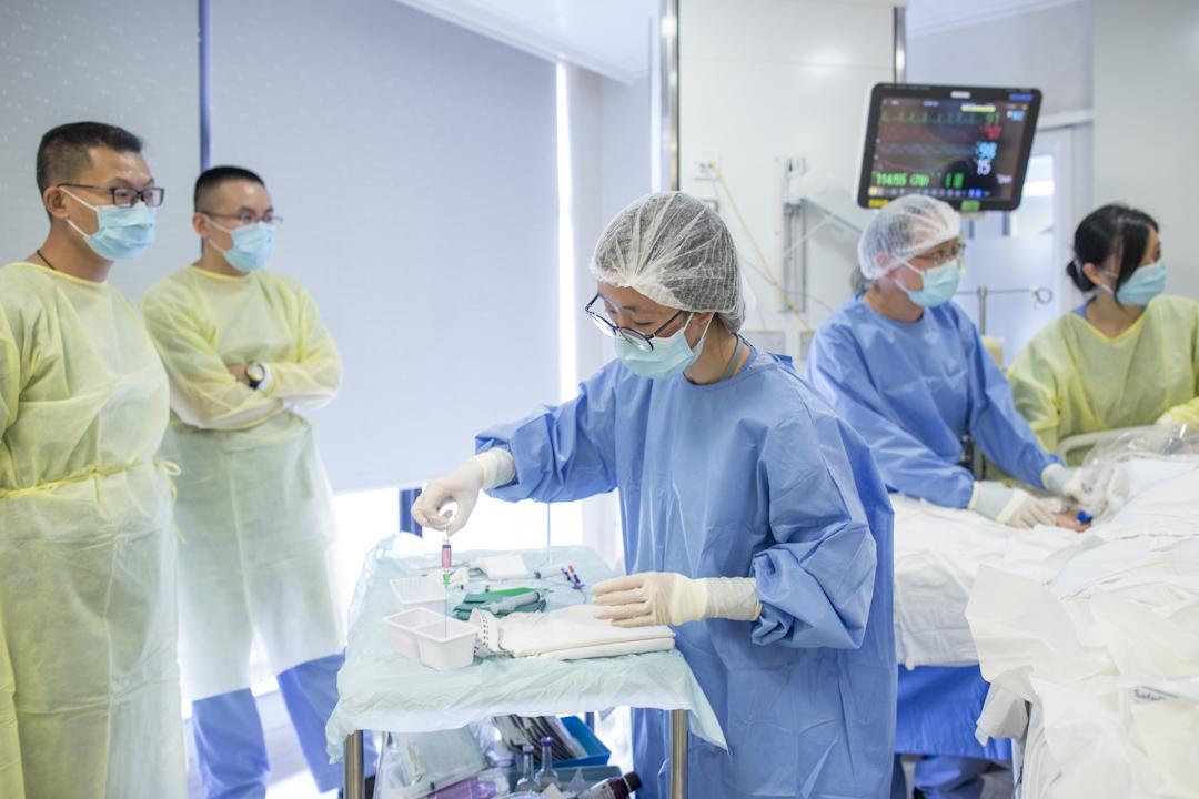香港一間醫院的深切治療部病房內,醫生正替病人進行檢查工作。  攝:林振東/端傳媒
