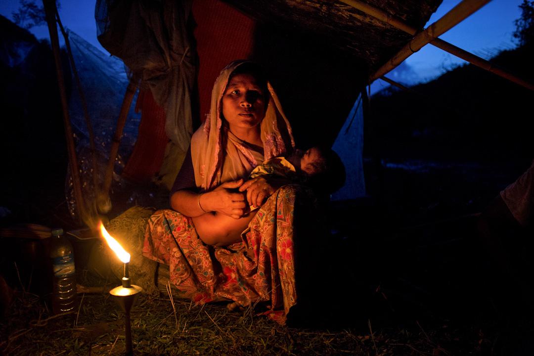 2017年9月2日,緬甸若開邦(Rakhine)自爆發由伊斯蘭反政府武裝「羅興亞救世軍」和政府軍的武裝衝突以來,逾十萬名羅興亞族人被迫倉皇逃入孟加拉。一名羅興亞族婦人與孩子在邊境的難民營內。