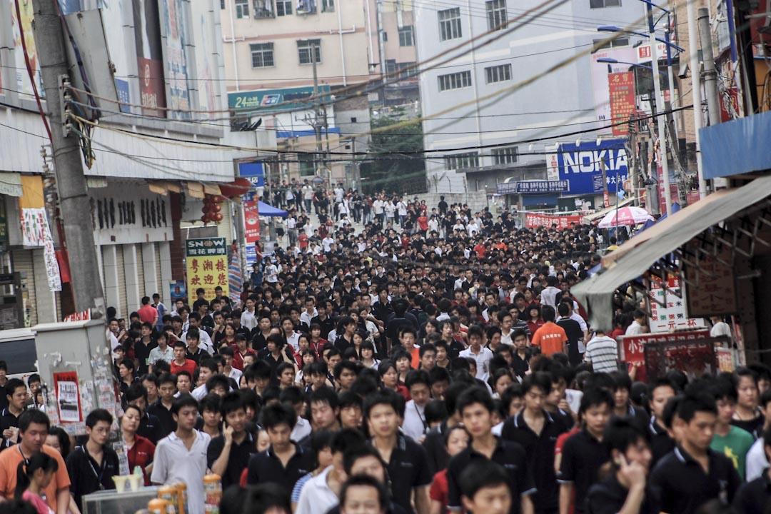 近年富士康在中國的工人,已從高峰期接近一百二十萬,跌到現在一百萬左右。圖為2010年5月19日,深圳觀瀾富士康大水坑三村去上班的員工。