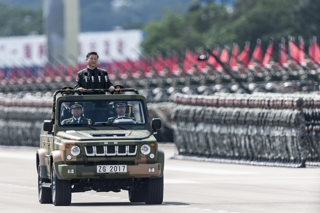 2017年6月30日,解放軍駐港部隊進駐香港20周年,國家主席、中央軍委主席習近平於石崗軍營檢閱駐港部隊,海陸空三軍參與今次閱兵儀式。 攝:Dale de la Rey/AFP/Getty Images