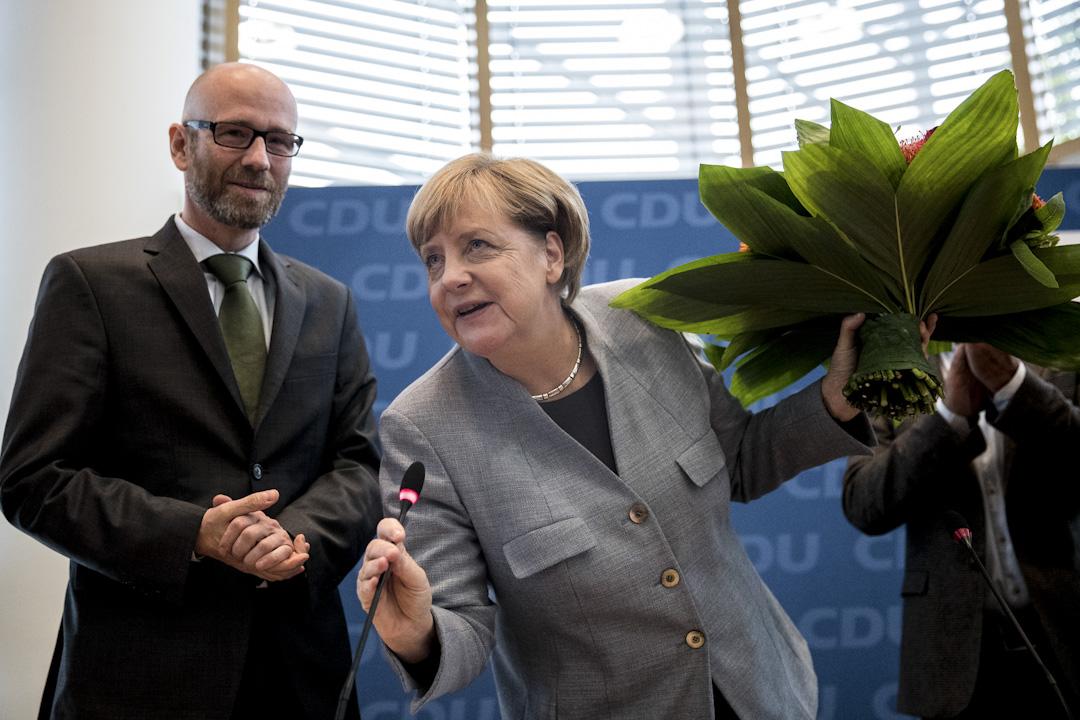 總理默克爾所屬的基督教民主聯盟(CDU)及姊妹黨基督教社會聯盟(CSU)將繼續成為第一大黨,但得票僅約33%,默克爾於點票後在黨總部接受鮮花祝賀。 攝:Maja Hitij/Getty Images