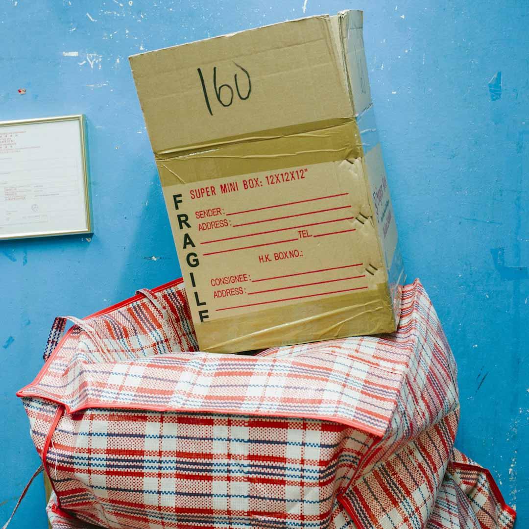 三樓的 Super Ace Cargo 是一間貨運店,是環球大廈幾十間貨運店中的一個。店長 Helen 在1992年來到香港,做了三年菲傭後與尼泊爾丈夫結婚,轉型到環球大廈做貨運管理,一做就是20年。環球大廈幾乎所有貨運店都按紙箱數量收費,費用從160元到1500元不等,若寄到菲律賓最南的棉蘭老島,一個月可達。