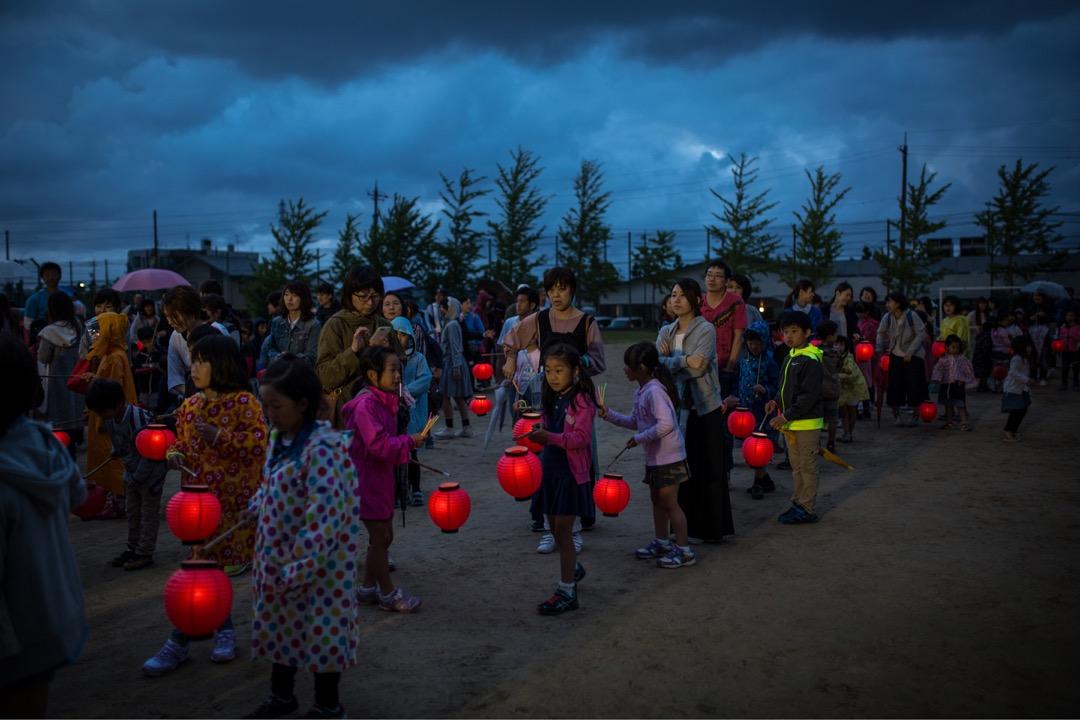 小朋友拿著紅色燈籠在金澤縣慶祝百萬石祭典。 攝:Richard Atrero de Guzman/NurPhoto via Getty Images
