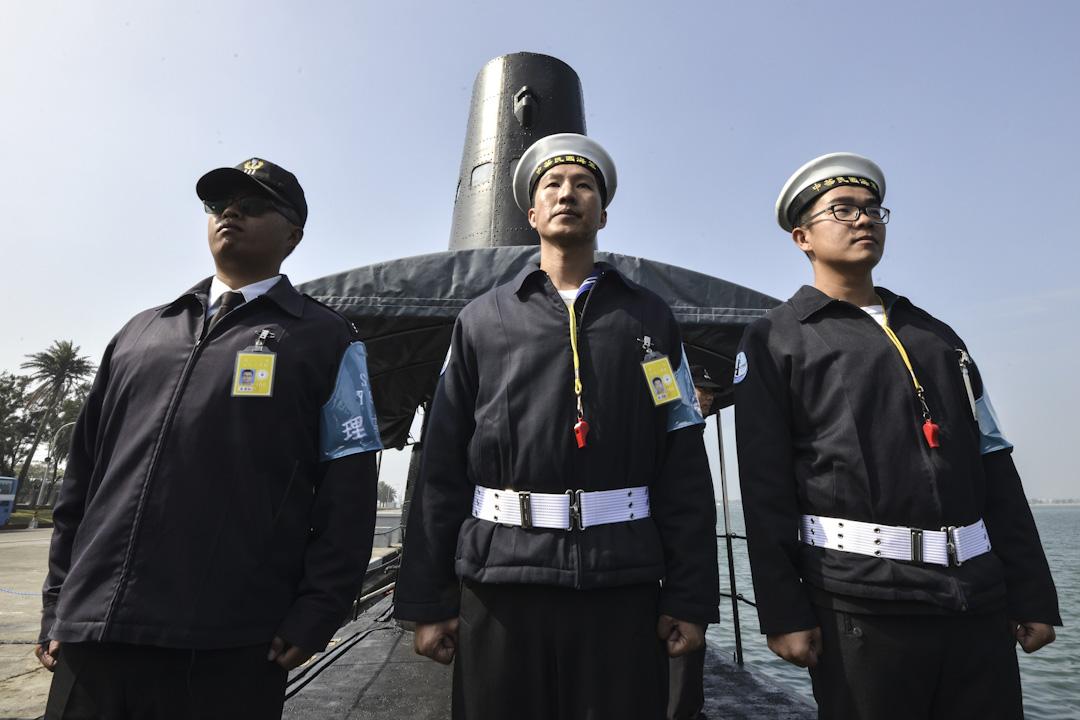 2017年1月18日,三名台灣海軍士兵在台灣南部高雄的海軍基地上,在美製潛艇前面站立。