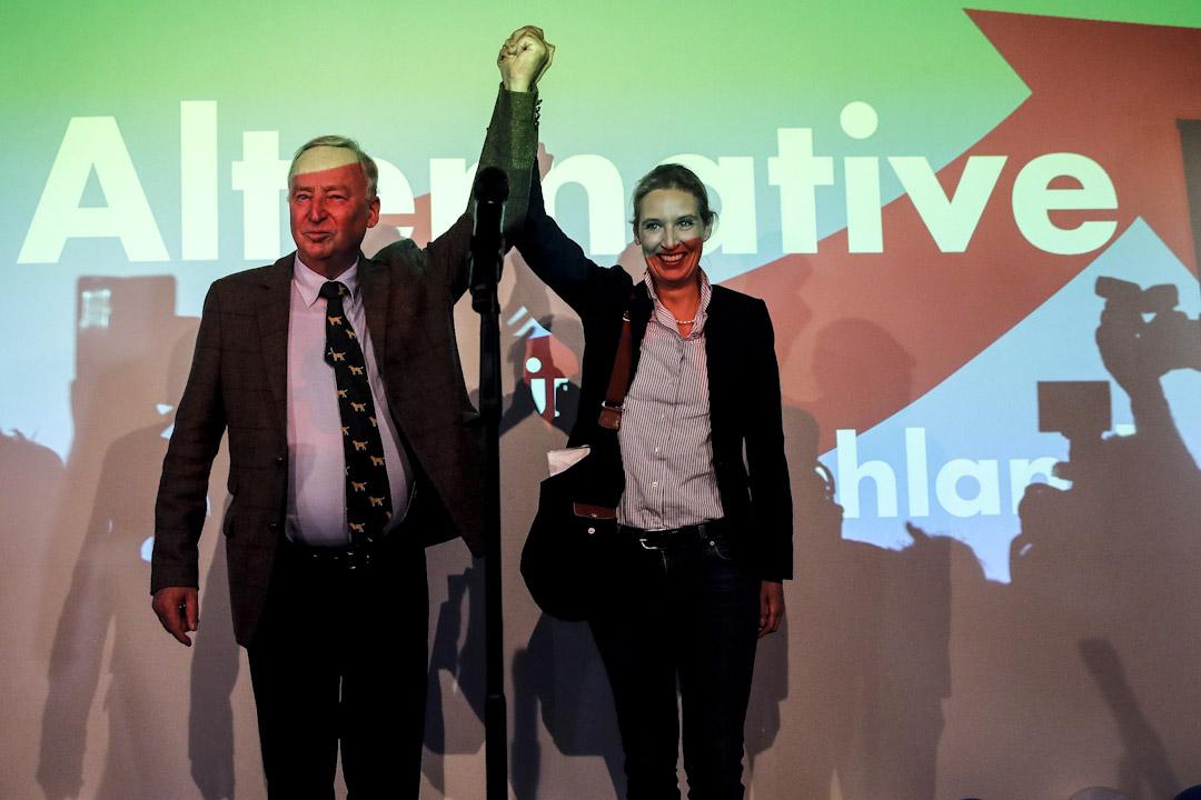 另類選擇黨(AfD)以13.4%得票率首次晉身議會,高蘭(左)及魏德爾(右)出席支持者集會接受祝賀。