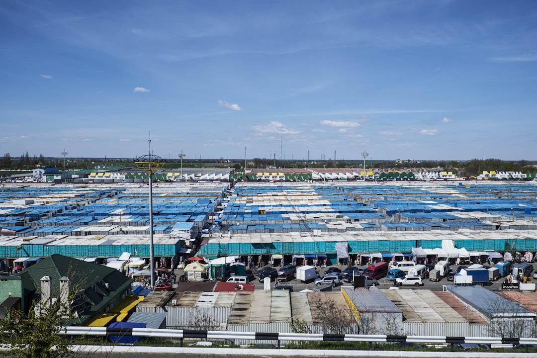 烏克蘭中南部、黑海邊的港灣都市敖得薩(Odessa),當地有一個巨型市集叫做「七公里」(Seventh-Kilometer Market),可以當作這個城市的縮影,在那裡,有來自二十一個國家的人在做買賣。