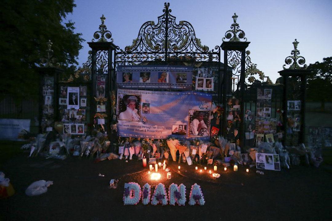 2017年8月31日,英國倫敦,市民在皇妃戴安娜因交通意外逝世20週年到皇室住所肯辛頓宮前悼念。