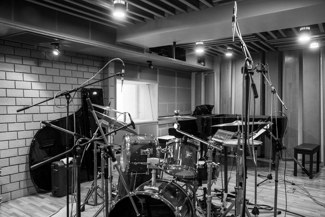 在台北,他工作了三十多年的錄音室「麗風錄音室」在都市更新政策下被拆了。這家位於一棟老舊公寓三樓的錄音室,曾見證過羅大佑《亞細亞的孤兒》出爐,出過李宗盛第一張專輯,錄製過滾石六成以上的唱片,以及陳昇幾乎所有的歌。