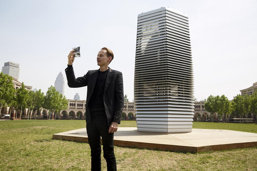 38歲的荷蘭設計師丹·羅斯加德(Daan Roosegaarde)發明的霧霾淨化塔(Smog Free Tower),能夠擺在戶外吸收空氣中的霧霾顆粒。  圖:受訪者提供