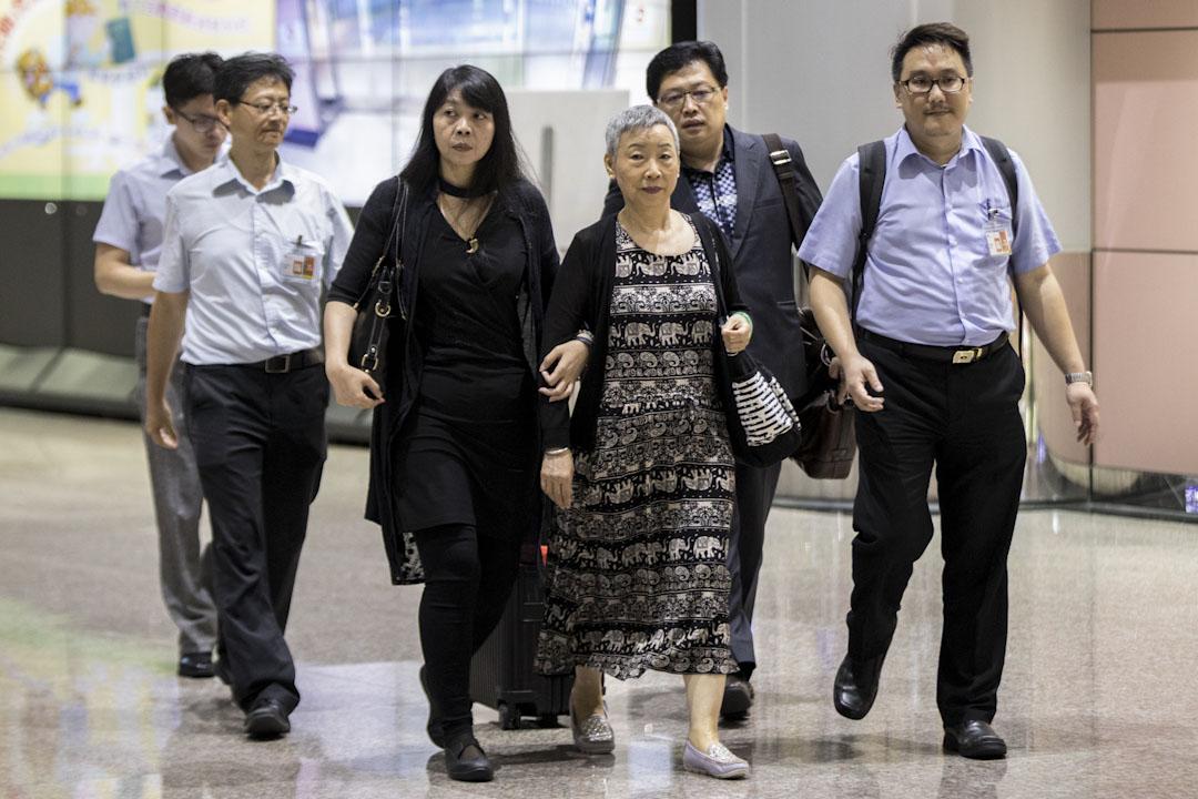 李明哲的母親郭秀秦為了見到兒子一面,也前往中國出席這場庭審。圖為郭秀秦在海基會人員陪同下,於9月12日晚間返抵桃園機場。